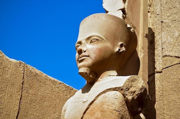 Een standbeeld van amun re in de tempel van amon in karnak, luxor, egypte.