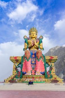 Een standbeeld van maitreya boedha bij diskit-klooster, nubra-vallei, ladakh, india.