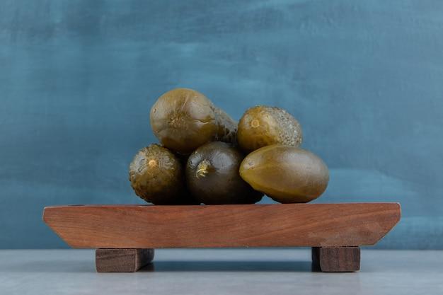 Een stapel augurken komkommer op een bord