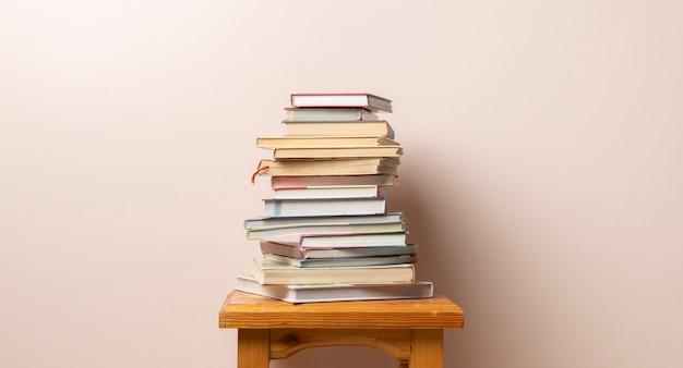 Een stapel boeken die met het ontwerp van de exemplaarruimte worden geïsoleerd, kenniswijsheid die op school leren