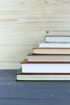Een stapel boeken met bibliotheek aan de achterkant