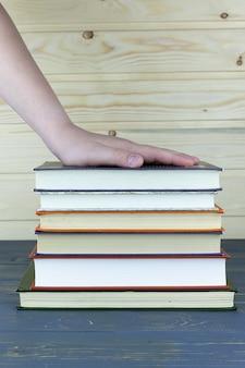 Een stapel boeken met bibliotheek op het achterbehang