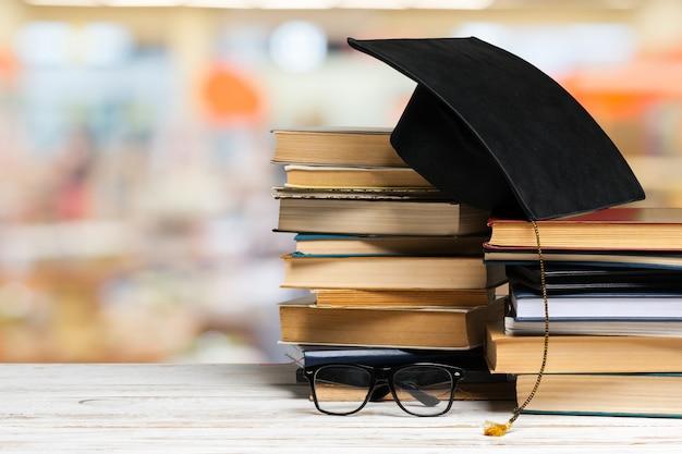 Een stapel boeken op houten tafel