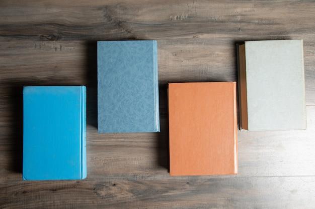 Een stapel boeken op tafel.