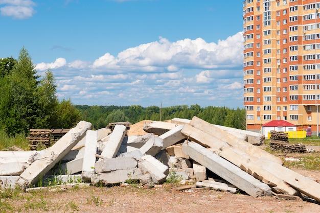 Een stapel bouwafval van betonhout en metaal