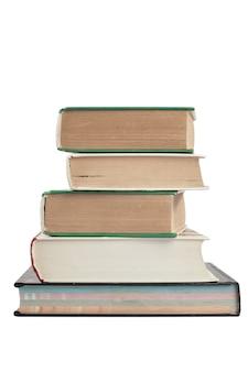 Een stapel dikke hardcover boeken isoleert op een witte achtergrond