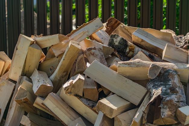 Een stapel droog brandhout, voorbereid op de winter voor het verwarmen van het huis.
