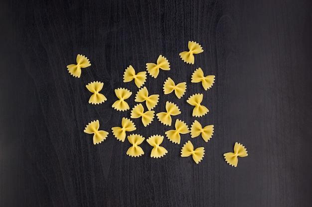 Een stapel farfalle pasta