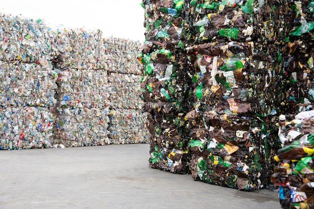 Een stapel geëxtrudeerde plastic flessen in een afvalinzamelingsbedrijf
