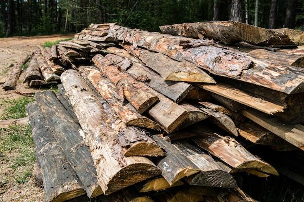 Een stapel gehakte boomstammen buitenshuis