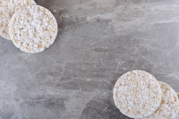 Een stapel gepofte rijstwafels, op het marmeren oppervlak