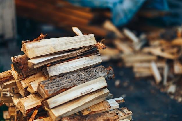 Een stapel gestapeld brandhout, klaar om het huis te verwarmen