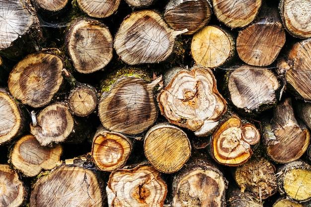 Een stapel gestapeld brandhout. ontbossing achtergrond
