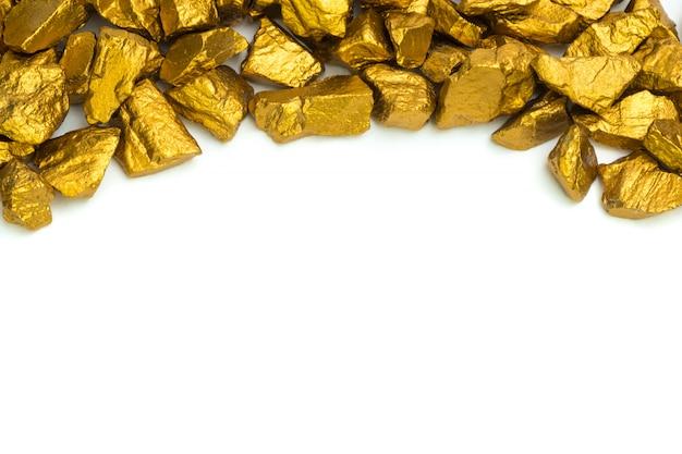 Een stapel gouden goudklompjes of gouden erts op witte achtergrond