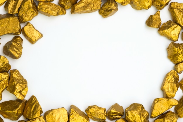 Een stapel goudklompjes of gouderts op wit