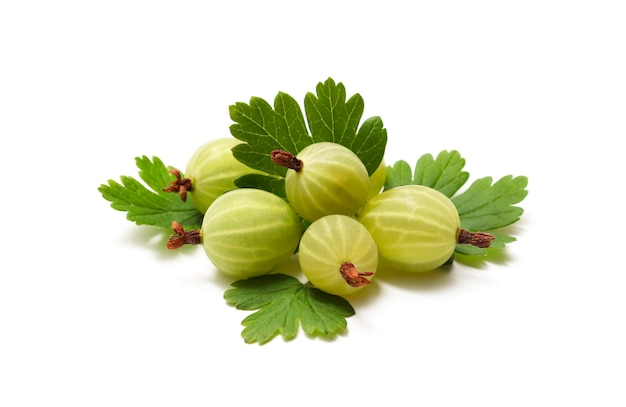 Een stapel groene rijpe kruisbes met bladeren het concept van zomerbessen vitamine gezond voedsel