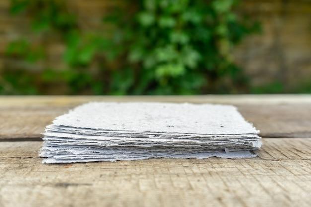 Een stapel handgeschept papier. recycling van oud papier.