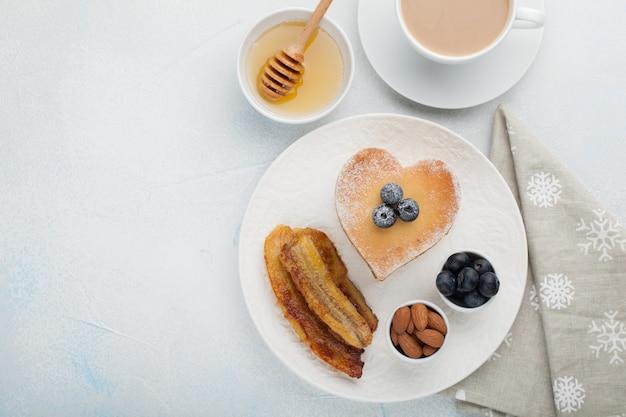 Een stapel heerlijke pannekoeken met honing.