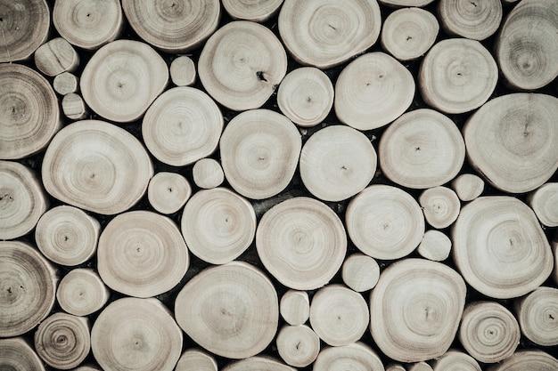 Een stapel hout van verschillende kleuren en texturen allemaal opgestapeld, houtstructuur achtergrond