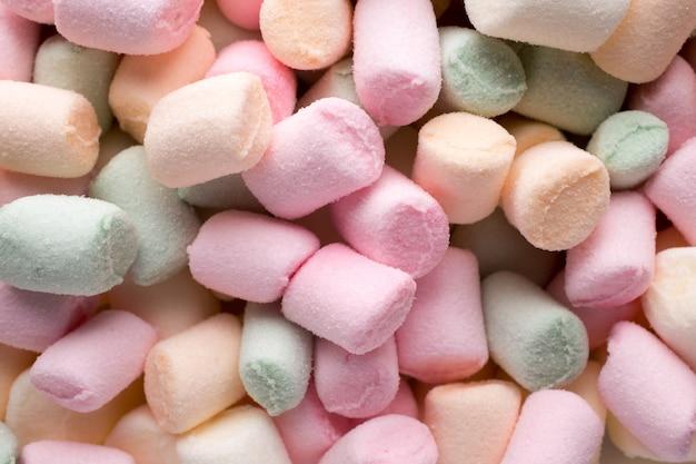 Een stapel kleine gekleurde gezwollen marshmallows