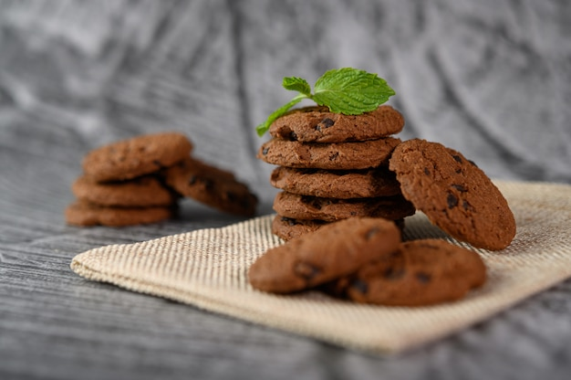 Een stapel koekjes op een doek op een houten tafel