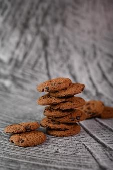 Een stapel koekjes op een houten tafel
