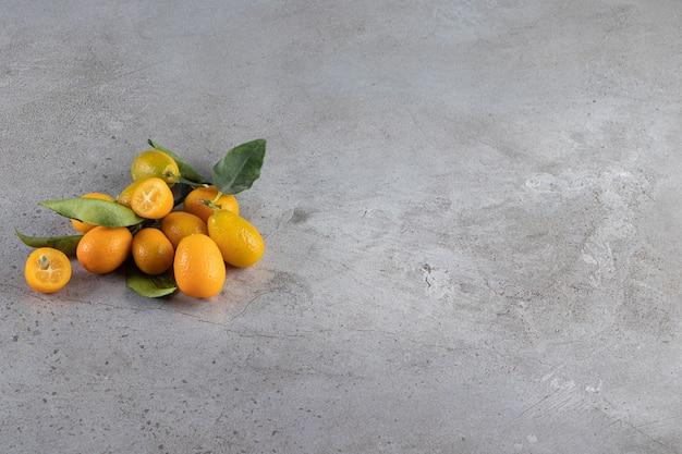 Een stapel kumquatvruchten op het marmeren oppervlak