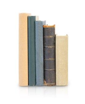 Een stapel oude boeken geïsoleerd op een witte achtergrond terug naar schoolonderwijs en bedrijfsconcept