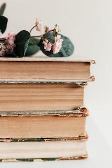 Een stapel oude boeken in de bibliotheek, concept van leren, studeren en onderwijs, concept van wetenschap, wijsheid en kennis.