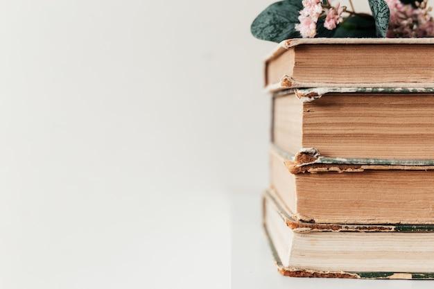 Een stapel oude boeken op de plank, concept van leren, studeren en onderwijs, concept van wetenschap, wijsheid en kennis