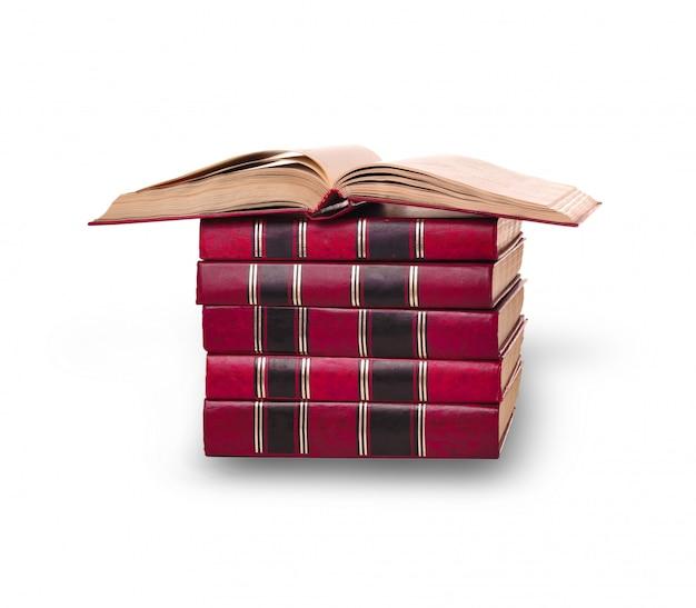Een stapel oude boeken op de witte