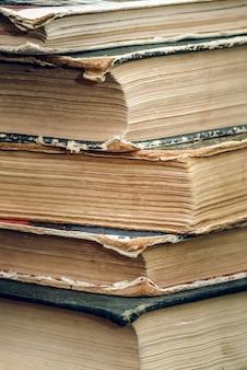 Een stapel oude boeken