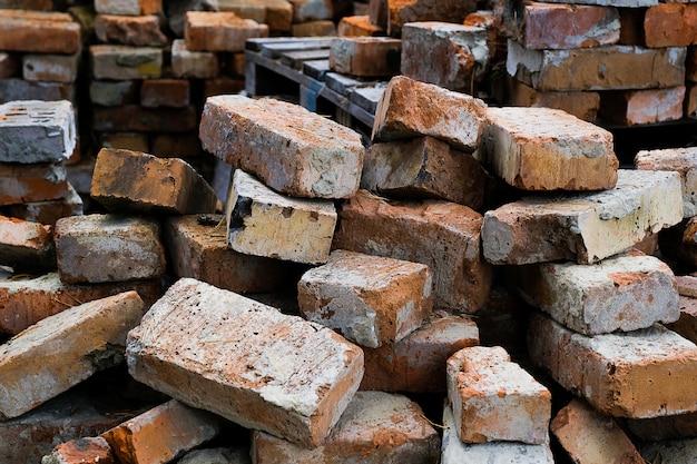 Een stapel oude gebroken bakstenen. bouwafval.