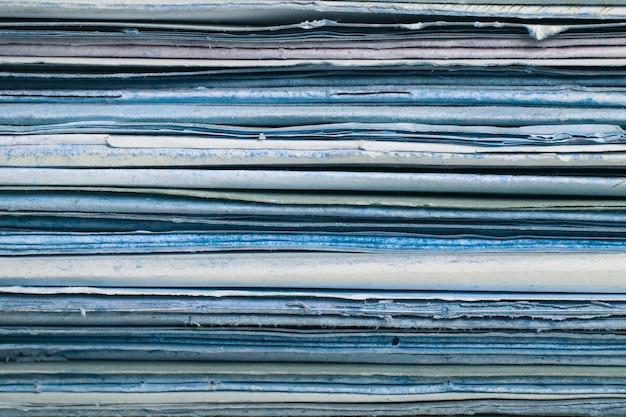 Een stapel oude vervallen mappen. oud papier textuur achtergrond