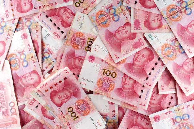 Een stapel rmb-bankbiljetten chinees yuan geld