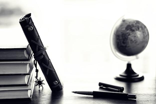 Een stapel schoolboeken op de vensterbank en schrijfgerei