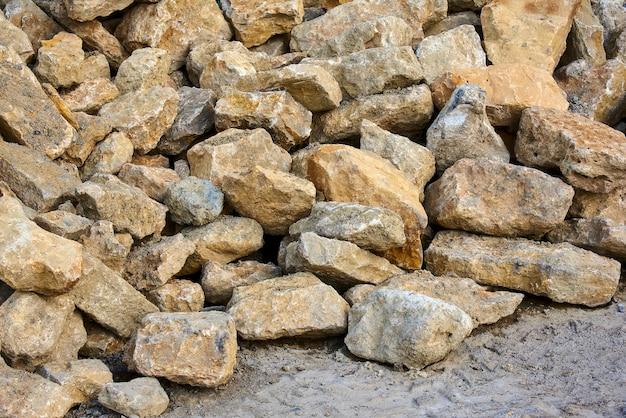 Een stapel stenen op de grond