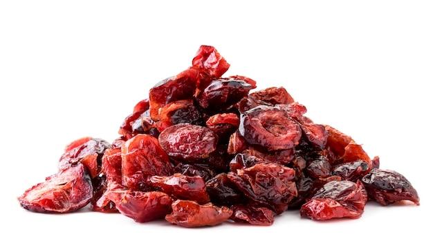 Een stapel van gedroogde cranberries close-up op een witte achtergrond. geïsoleerd