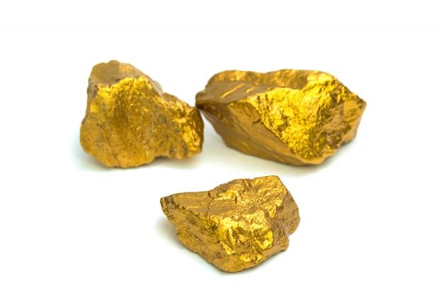 Een stapel van goudklompjes of gouden erts op witte achtergrond