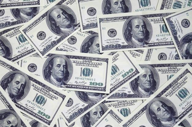 Een stapel van honderd amerikaanse bankbiljetten met president portretten