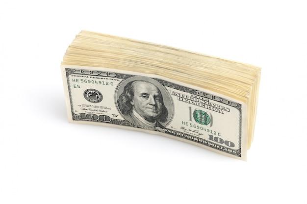 Een stapel van honderd dollar amerikaanse bankbiljetten staande op een witte achtergrond