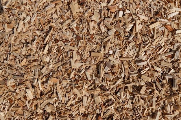 Een stapel van klein zaagsel en houtkrullen.
