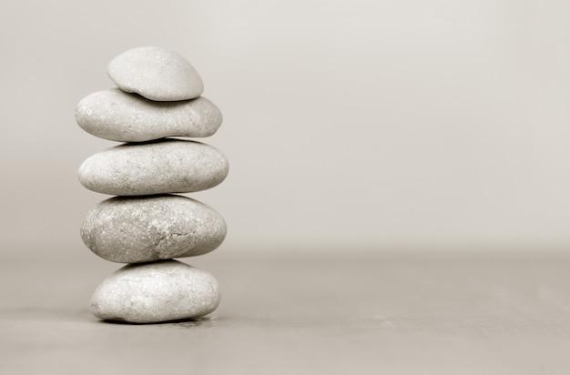 Een stapel vlotte grijze kiezelstenen. ondiepe scherptediepte.spa stenen behandelingsscène, zen-achtige concepten. met ruimte voor tekst