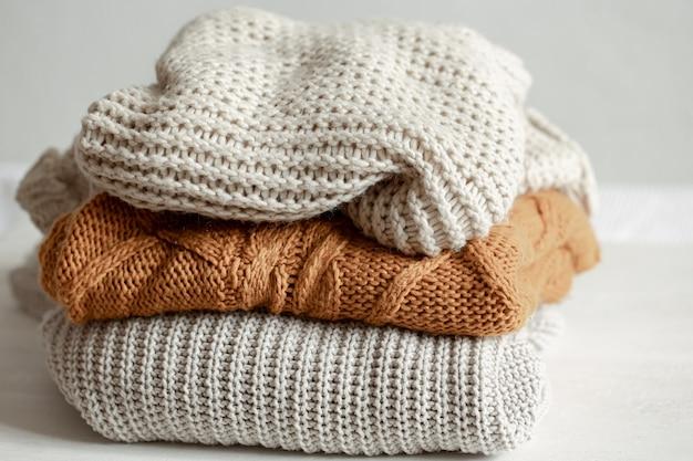 Een stapel warme gebreide truien