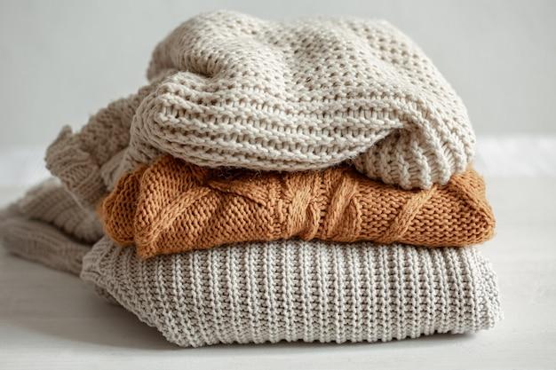 Een stapel warme gebreide truien.
