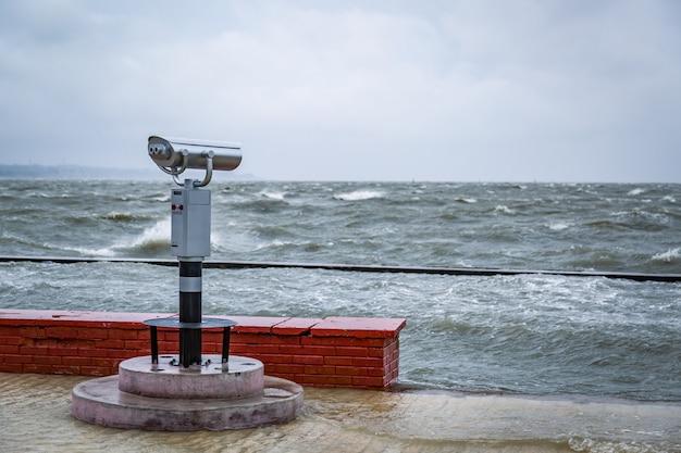 Een stationair optisch apparaat voor sightseeing geïnstalleerd op de dijk
