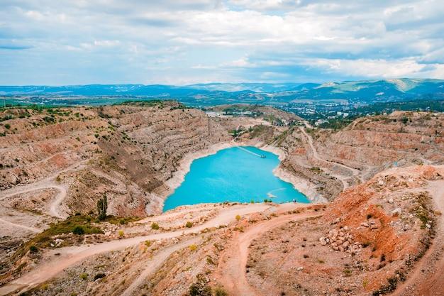 Een steengroeve met turkoois water in de vorm van een hart op de krim beroemde natuurlijke bezienswaardigheid
