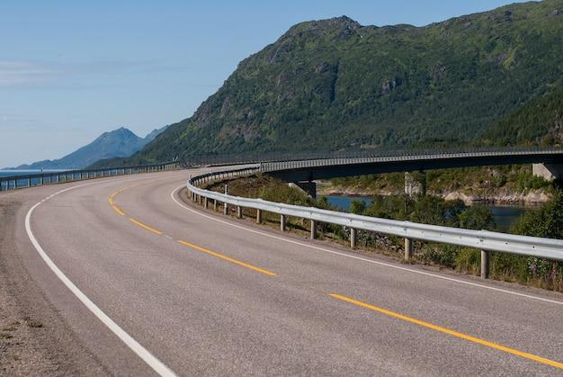 Een steile bocht van de weg tegen de achtergrond van de bergen