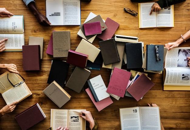 Een stel boeken op een tafel