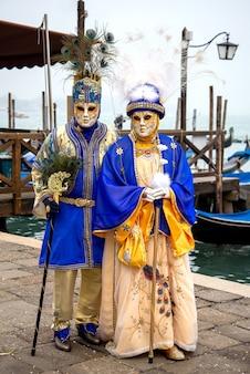 Een stel dat carnavalskostuums draagt